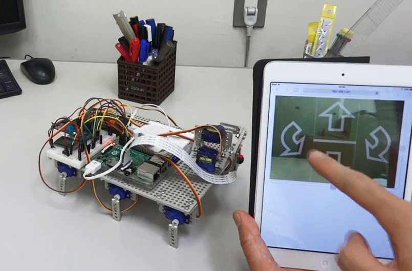 6脚ロボットの進行方向を制御している様子 写真